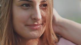 Pares románticos en el claro en el verano La mano del ` s del individuo toca el pelo y la cara del ` s de la muchacha La muchacha almacen de metraje de vídeo