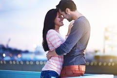 Pares románticos en el embarcadero de Santa Mónica Imagenes de archivo