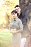 Pares románticos en el parque del otoño Imagen de archivo