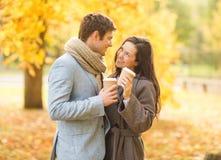 Pares románticos en el parque del otoño Imagen de archivo libre de regalías