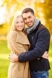 Pares románticos en el parque del otoño Foto de archivo