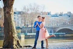 Pares románticos en el terraplén del Sena en París foto de archivo