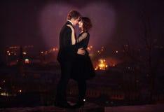 Pares románticos en escena de la noche de la ciudad Fotografía de archivo libre de regalías