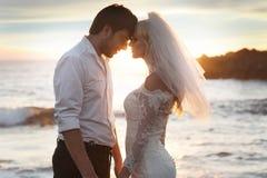 Pares románticos en la luna de miel perfecta foto de archivo libre de regalías