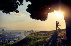 Pares románticos en la opinión de la ciudad de la puesta del sol fotografía de archivo libre de regalías