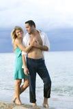 Pares románticos en la playa Fotografía de archivo