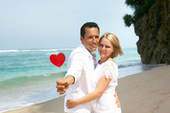 Pares románticos en la playa Imagen de archivo libre de regalías