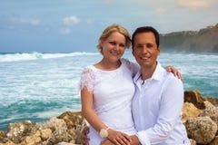 Pares románticos en la playa Foto de archivo libre de regalías