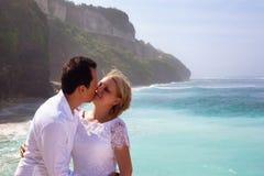 Pares románticos en la playa Imágenes de archivo libres de regalías