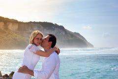 Pares románticos en la playa Fotos de archivo