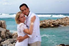 Pares románticos en la playa Fotografía de archivo libre de regalías