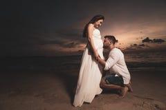 Pares románticos en la playa del th durante puesta del sol Imagenes de archivo