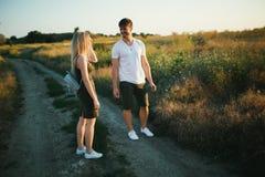 Pares románticos en la puesta del sol Dos personas en amor en la puesta del sol o la salida del sol Hombre y mujer en campo Imagenes de archivo