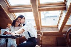 Pares románticos en la vinculación del amor en café imagenes de archivo