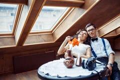 Pares románticos en la vinculación del amor en café fotografía de archivo libre de regalías