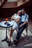 Pares románticos en la vinculación del amor en café foto de archivo libre de regalías