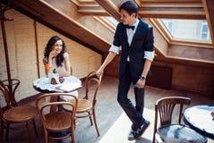 Pares románticos en la vinculación del amor en café imágenes de archivo libres de regalías