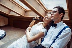 Pares románticos en la vinculación del amor en café fotografía de archivo