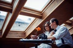 Pares románticos en la vinculación del amor en café imagen de archivo libre de regalías