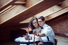 Pares románticos en la vinculación del amor en café fotos de archivo