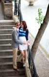 Pares románticos en las escaleras Foto de archivo libre de regalías