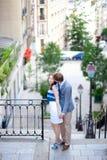 Pares románticos en las escaleras en Montmartre en París Fotografía de archivo