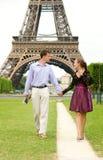 Pares románticos en París fotografía de archivo