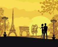 Pares románticos en París Fotografía de archivo libre de regalías