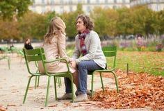 Pares románticos en París en la caída Fotografía de archivo libre de regalías