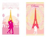 Pares románticos en París que se besa cerca de la torre Eiffel ilustración del vector