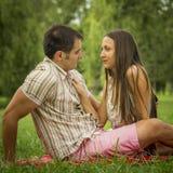 Pares románticos en parque Fotos de archivo