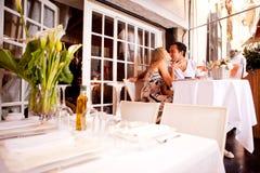 Pares románticos en restaurante Foto de archivo libre de regalías