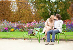 Pares románticos en un parque en la caída Fotos de archivo