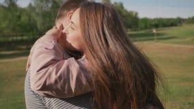 Pares románticos en un parque verde del verano Se abrazan con amor feliz junto almacen de video