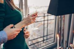 Pares románticos en un restaurante foto de archivo