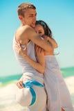 Pares románticos en una playa Foto de archivo