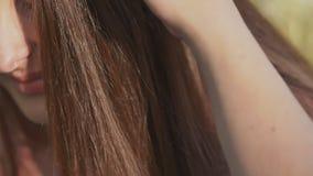 Pares románticos en verano en un claro La mano del individuo enamorado toca su pelo del ` s de la muchacha Dulzura Primer almacen de video