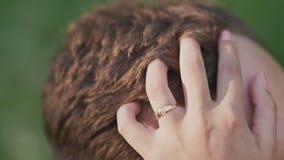 Pares románticos en verano en un claro La mano del ` s de la muchacha toca el pelo del ` s del individuo Dulzura Primer almacen de video