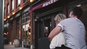 Pares románticos felices de la cámara lenta que tienen tiempo de vinculación de la diversión juntas que explora las calles hermos almacen de metraje de vídeo