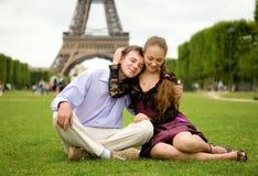 Pares románticos felices en París imagenes de archivo