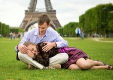 Pares románticos felices en París foto de archivo libre de regalías