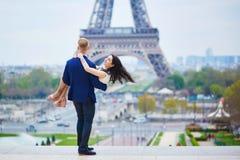 Pares románticos felices en París foto de archivo
