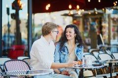 Pares románticos felices en París, café de consumición fotografía de archivo