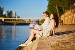 Pares románticos felices en París, cerca del río el Sena fotografía de archivo libre de regalías