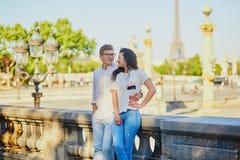 Pares románticos felices en París en el jardín de Tuileries fotografía de archivo libre de regalías