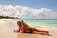 Pares románticos felices jovenes en amor en la playa Foto de archivo