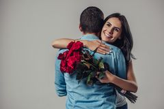 Pares románticos hermosos aislados foto de archivo