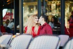 Pares románticos hermosos en café al aire libre parisiense imagen de archivo