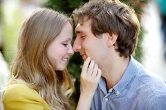 Pares románticos jovenes fotos de archivo