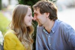Pares románticos jovenes foto de archivo